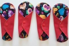 trosskydd-röd-mönster-hjärtan